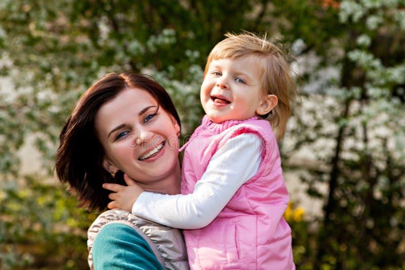 Dwa szczęśliwej dziewczyny matka i córka fotografia royalty free