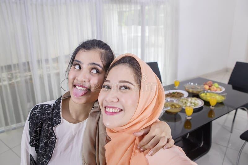 Dwa szczęśliwej kobiety biorą fotografie zanim przerwy poścą fotografia royalty free