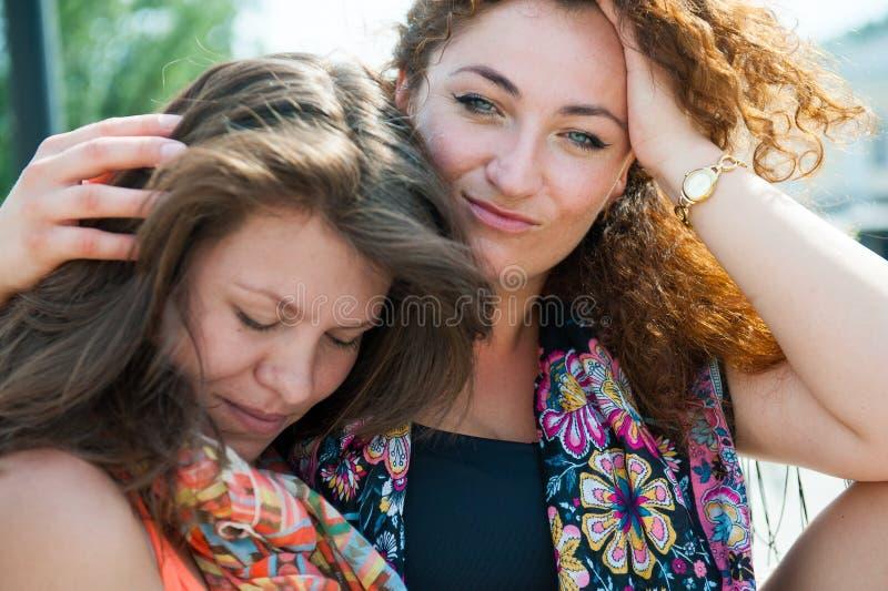 Dwa szczęśliwej młodej pięknej kobiety obrazy royalty free