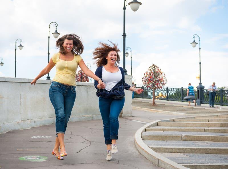 Dwa szczęśliwej młodej pięknej kobiety fotografia stock