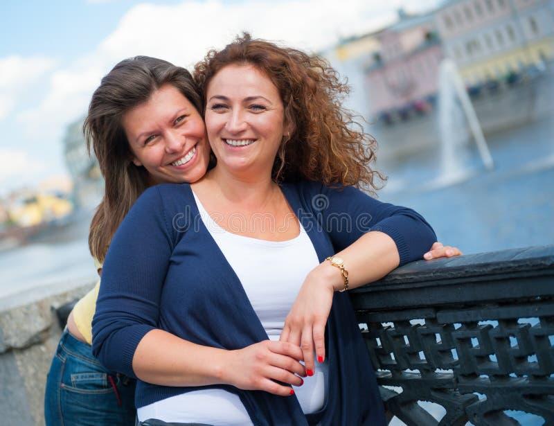 Dwa szczęśliwej młodej pięknej kobiety obraz royalty free