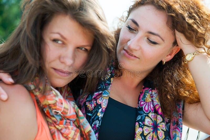 Dwa szczęśliwej młodej pięknej kobiety zdjęcia royalty free