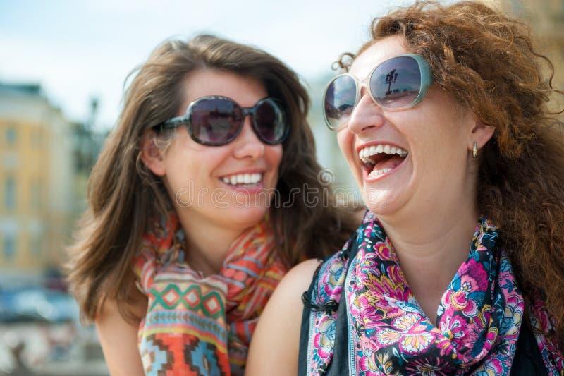 Dwa szczęśliwej młodej pięknej kobiety fotografia royalty free