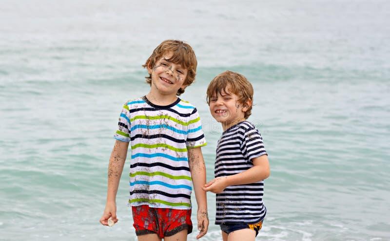 Dwa szczęśliwej małe dziecko chłopiec biega na plaży ocean fotografia stock
