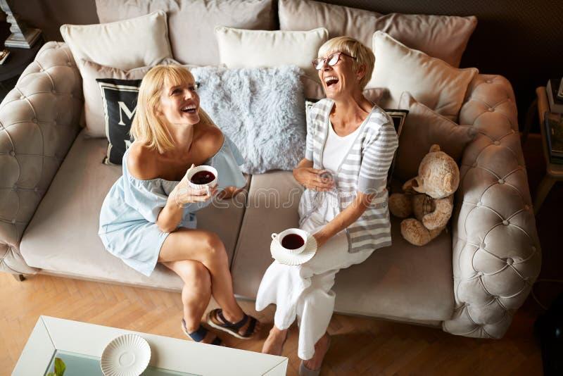 Dwa szczęśliwy żeński śmiać się fotografia royalty free