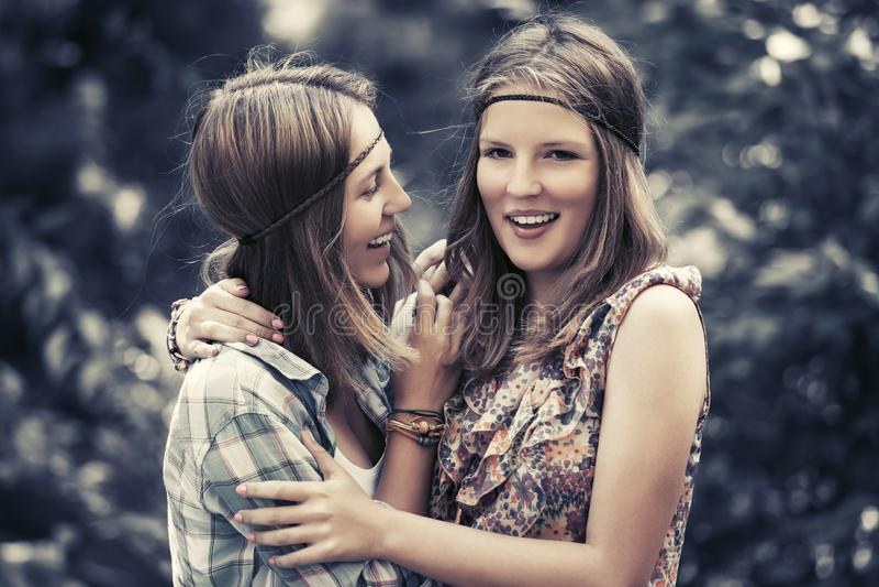 Dwa szcz??liwej nastoletniej dziewczyny chodzi w lato lesie zdjęcie royalty free