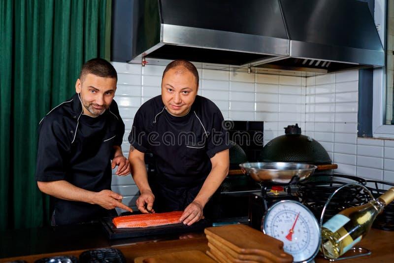 Dwa szefa kuchni przy pracą w restauraci Szef kuchni, kucharz, praca fotografia stock
