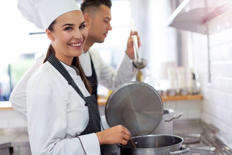 Dwa szefa kuchni w kuchni obrazy royalty free