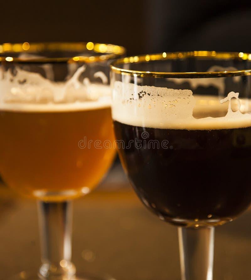 Dwa szkła łyknięcia piwo obraz royalty free