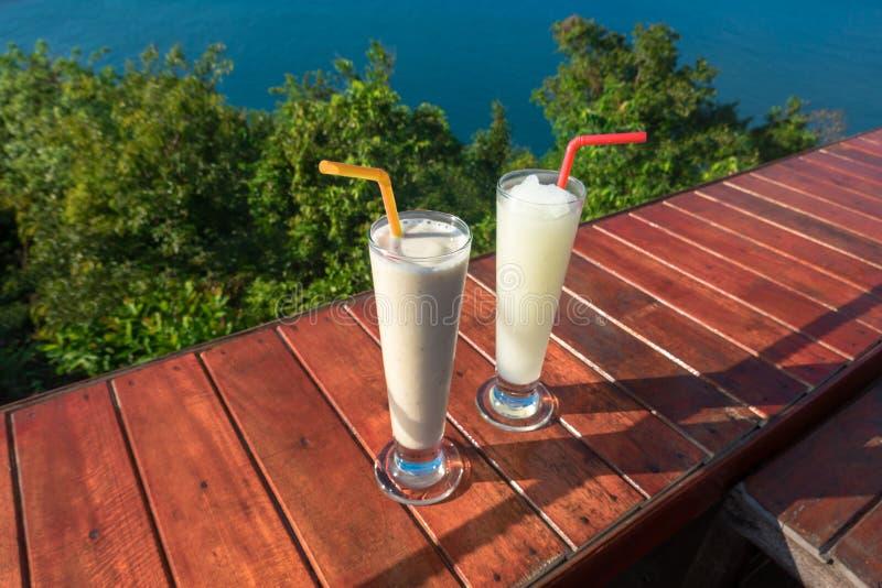 Dwa szkła świeży cytryna sok na stole przeciw morzu zdjęcie stock