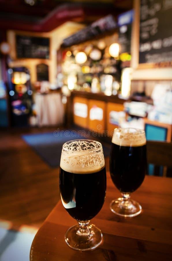 Dwa szkła ciemny piwo w barze zdjęcie royalty free