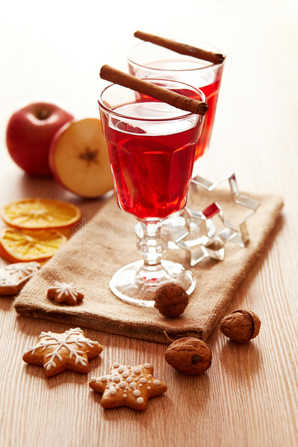 Dwa szkła rozmyślający wino z miodownikiem i jabłkiem obraz stock