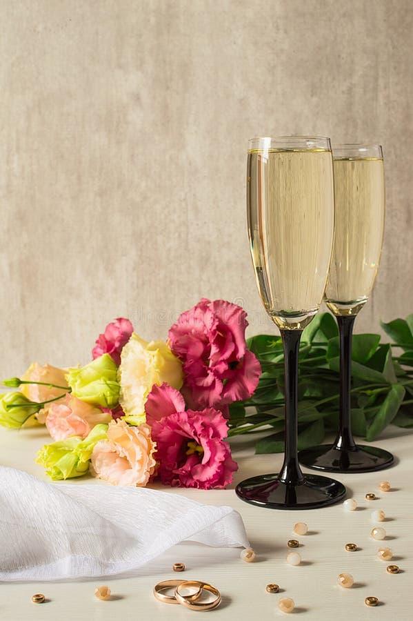 Dwa szkła szampan i а rozrzucanie koraliki fotografia stock
