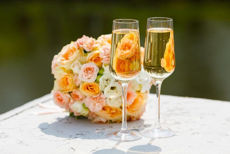 Dwa szkła szampan na tle ślubny bukiet róże obrazy royalty free