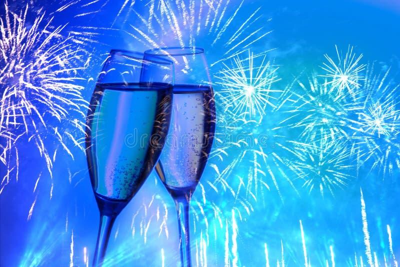 Dwa szkła szampan na tle świąteczny salut, fajerwerki neonowy kolor obraz royalty free