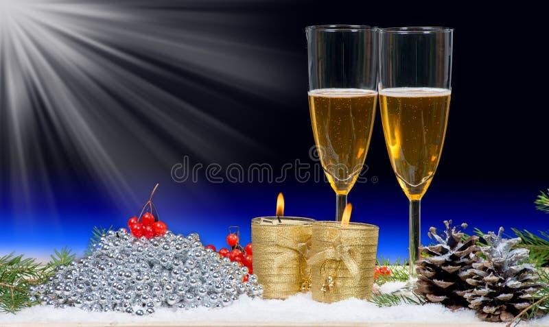 Dwa szkła szampan z Bożenarodzeniowym wystrojem i świeczkami obraz royalty free