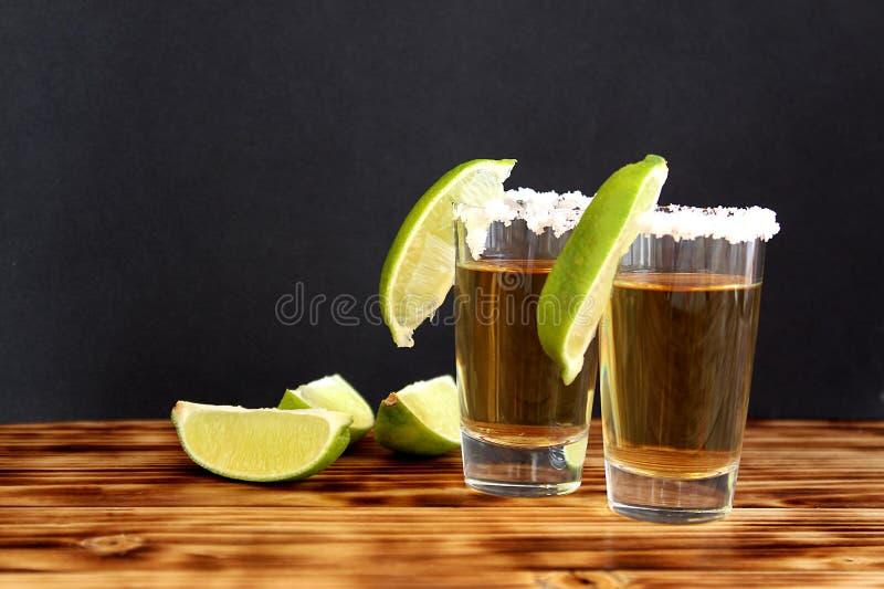 Dwa szkła tequila z wapnem i solą obrazy stock