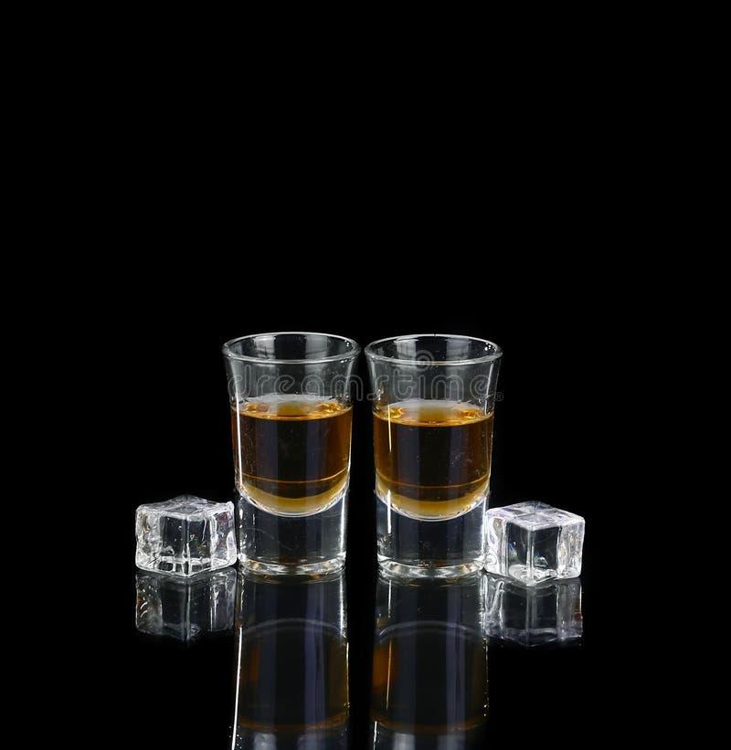 Dwa szkła whisky na czerń stole fotografia royalty free