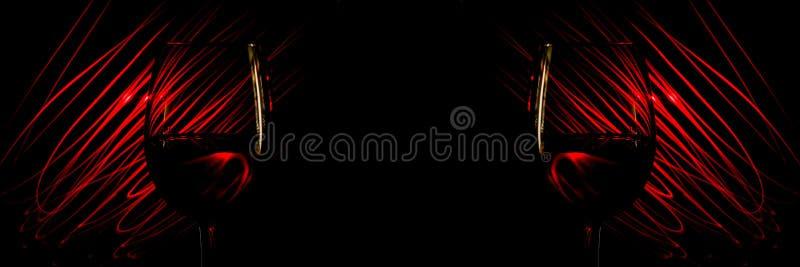 Dwa szkła wino na tło abstrakta światła czerwonych lampasach na czerni zdjęcie royalty free
