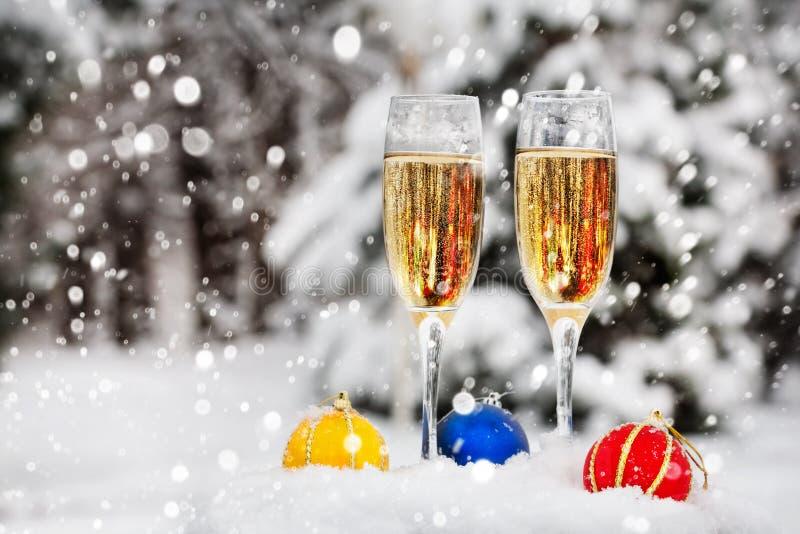 Dwa szkła z szampanem na śniegu obraz stock