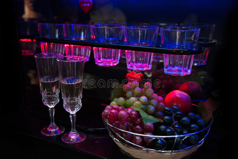 Dwa szkła z szampanem na tle baru kontuar obrazy royalty free