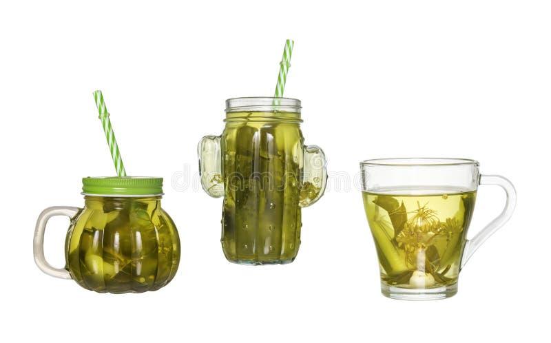 Dwa szklanego słoju z słomą i szkłem ogórkowa zalewa odizolowywającymi zdjęcie royalty free
