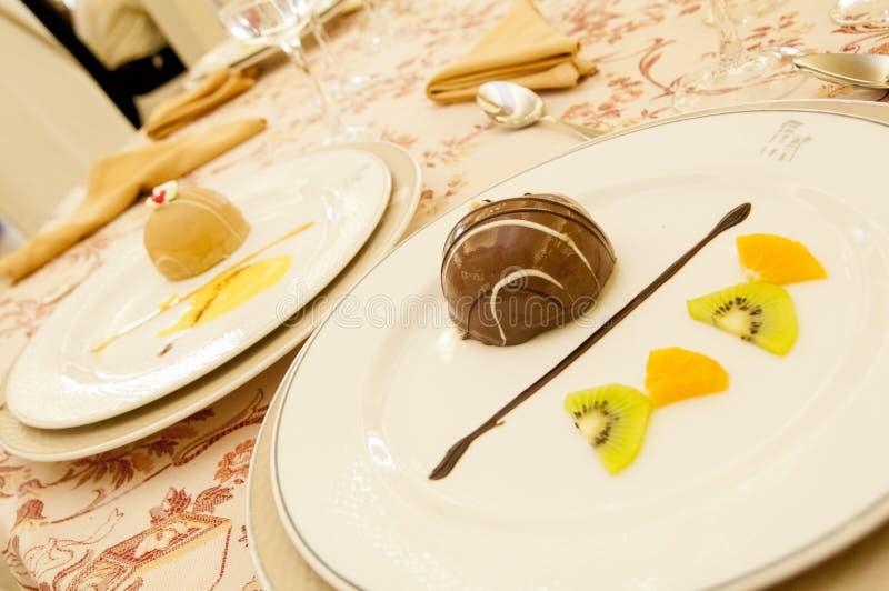 Dwa talerza czekoladowa i waniliowa mysz obraz royalty free