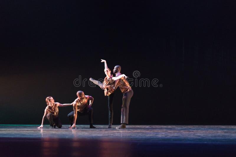Dwa 2 tancerzy poza przeciw zmrokowi - błękitny tło na scenie obraz stock
