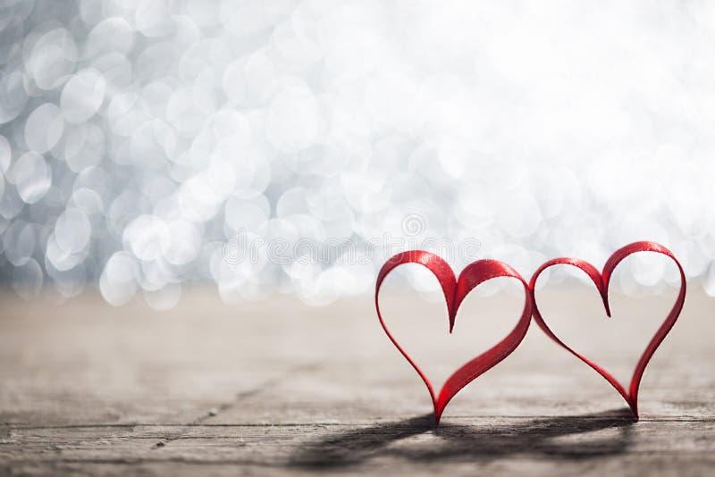 Dwa tasiemkowego serca na drewnie fotografia royalty free