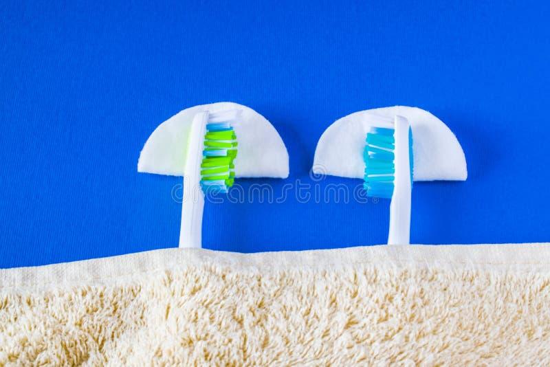 Dwa toothbrushes kłamstwo each sen i inny zdjęcia stock