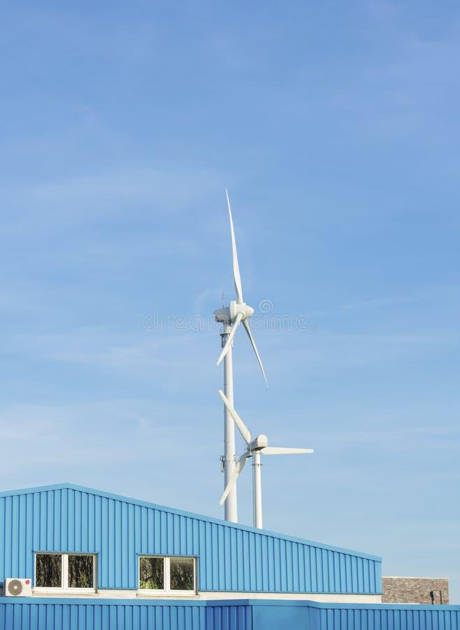 Dwa turbiny wiatrowe na niebieskim niebie z przestrzeniÄ… kopiowania zdjęcia stock