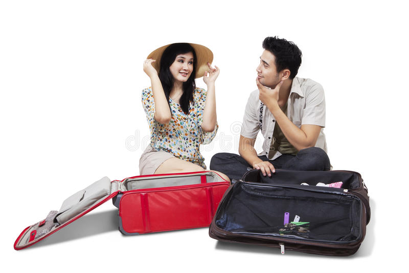 Dwa turysty otwiera bagaż zdjęcia stock