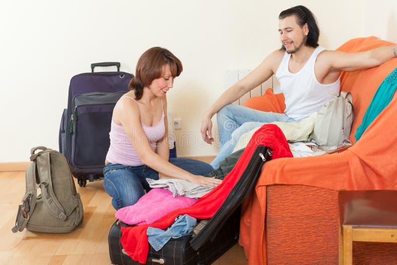Dwa turysty pakuje bagaż wpólnie zdjęcia stock