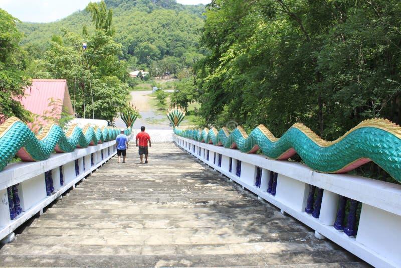 Dwa turysty wspinaczkowego puszka schody z zielonego smoka poręczem przy zakazu szpuntu Sam Phan Nok, Phetchabun, Tajlandia zdjęcia royalty free