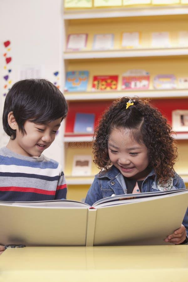 Dwa uczni Czytać obrazy stock