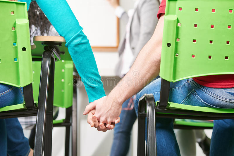 Dwa ucznia w miłość chwyta rękach obraz royalty free