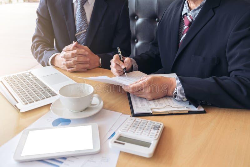 Dwa ufnych kierownictw biznesowego kolegi spotyka i dyskutują zdjęcia stock