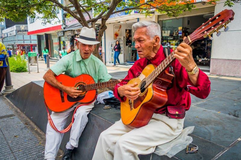 Dwa unidentify miejscowych mężczyzna bawić się gitarę wewnątrz zdjęcia royalty free