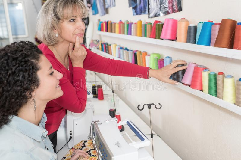 Dwa uradowanej kobiety kupuje szący dostawę fotografia stock