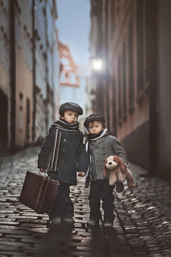 Dwa urocza chłopiec, ubierająca w rocznika stylu w centrum miasta zdjęcie royalty free