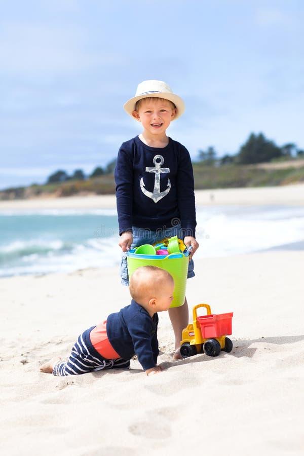 Dwa uroczego brata na plaży obraz stock