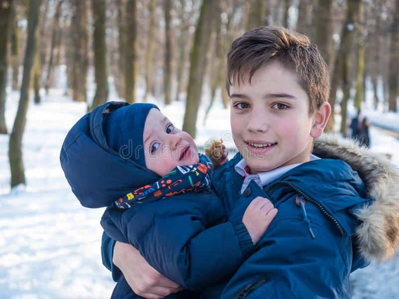 Dwa uroczego brata w zima parku zdjęcia royalty free