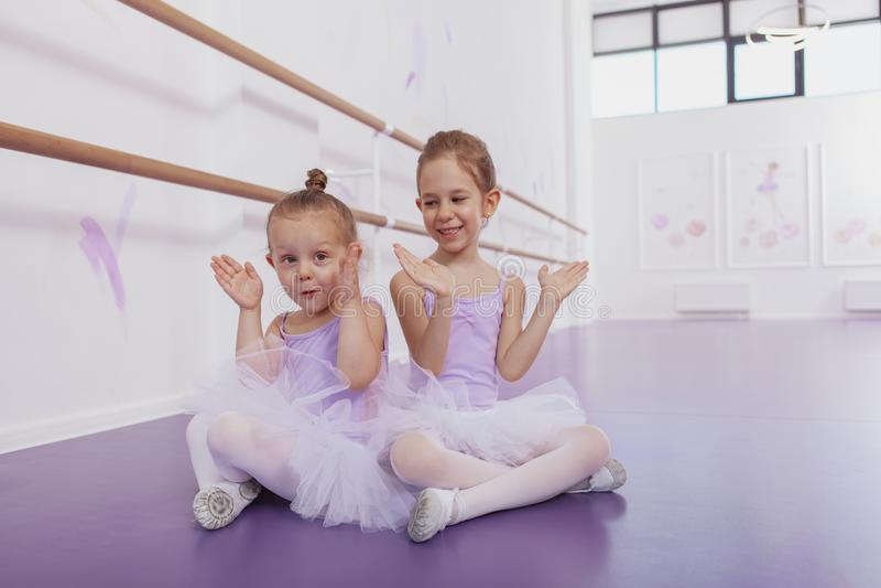 Dwa uroczej małej baleriny przy taniec klasą zdjęcie royalty free