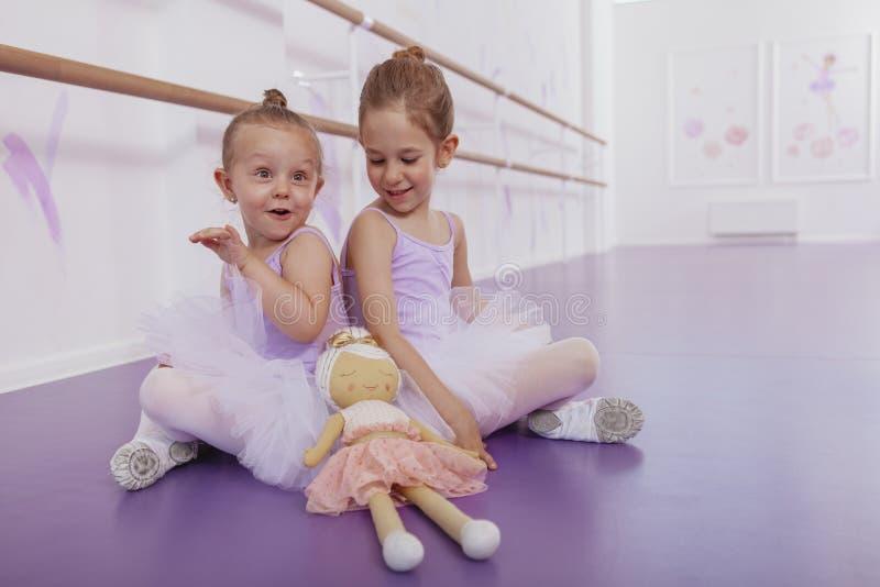 Dwa uroczej małej baleriny przy taniec klasą obraz stock