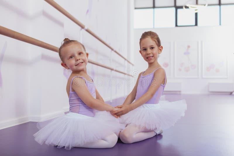 Dwa uroczej małej baleriny przy taniec klasą fotografia stock