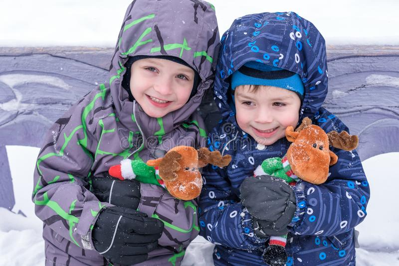 Dwa uroczej preschool dzieciaków brata chłopiec w zimy odzieży siedzą amou obraz royalty free