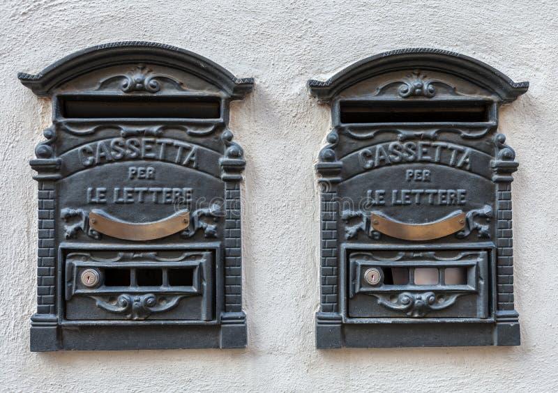 Dwa włoszczyzny tradycyjnego żelaza retro postbox dla listów zdjęcie stock