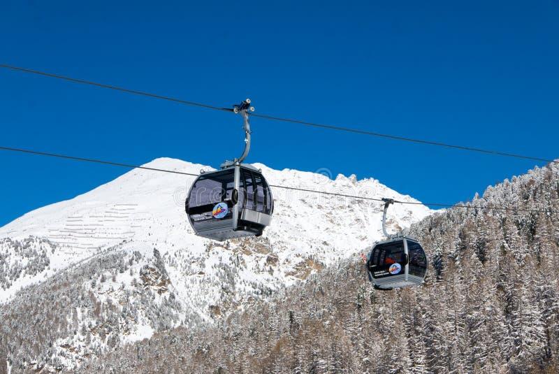 Dwa wagon kolei linowej gondoli w wysokogórskim ośrodku narciarskim Solda obrazy royalty free