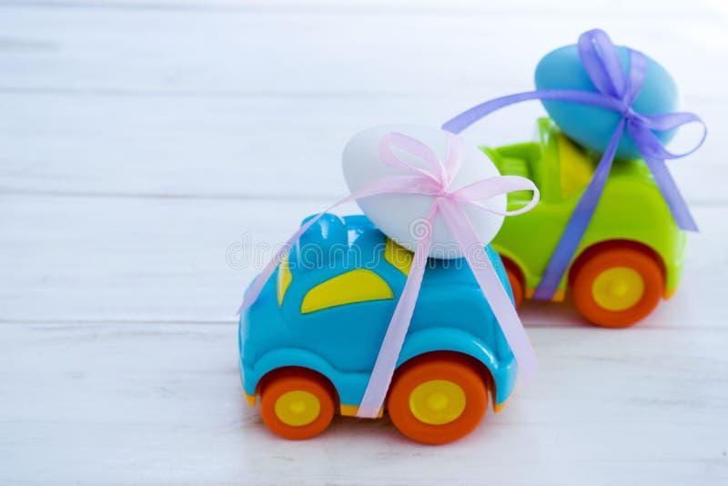 Dwa Wielkanocnego samochodu z jajka fotografia royalty free