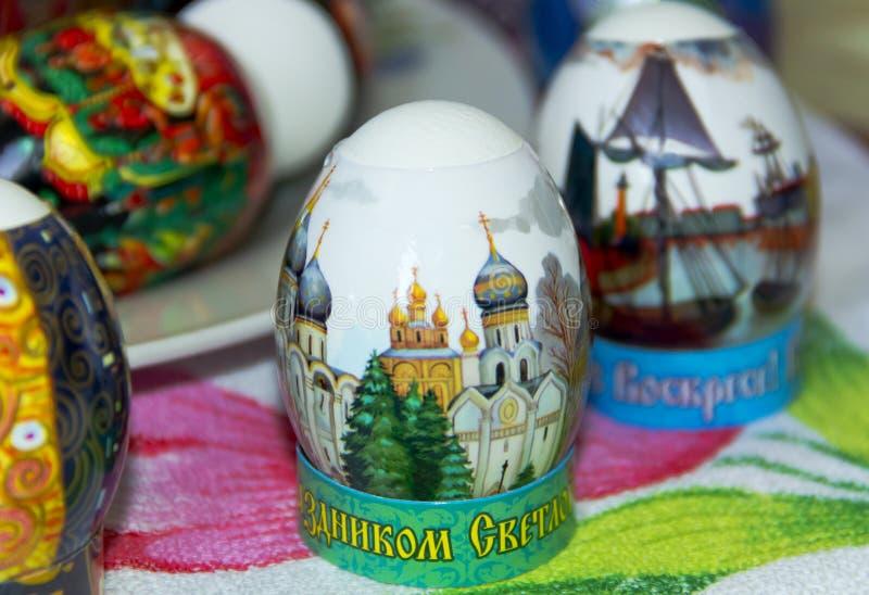 Dwa Wielkanocnych jajek zbliżenie na stole obrazy stock